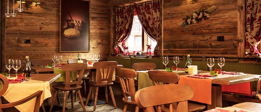 italy_milky-way-ski-area_sauze-doulx_hotel_assietta_dining.jpg